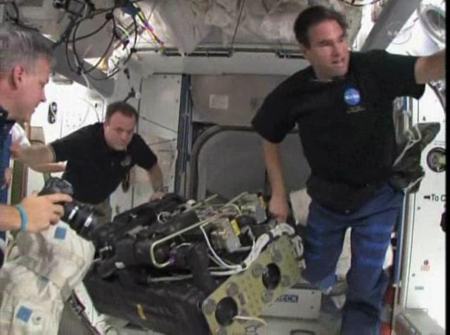 Schermata-STS-134 - Flight Day 14 Highlights+.asf-2.png